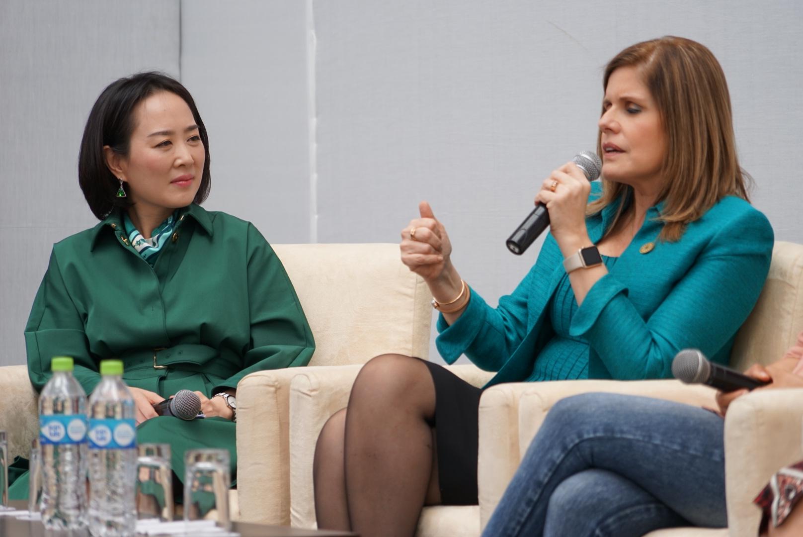 王树彤与秘鲁副总统共同见证女性项目
