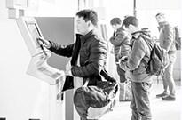 """火车刷票藏陷阱:""""黄牛""""P图骗票款 软件抢票捆保险"""