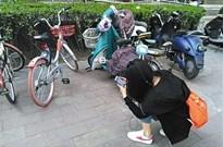 """共享单车""""猎人出没"""":寻找违停 拍照举报"""