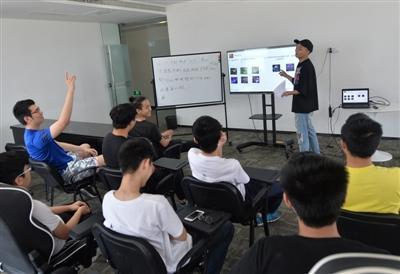 培训班每天会安排两堂理论课,由教练讲解具体的游戏角色和操作战术技巧。 本文图均为成都商报 图