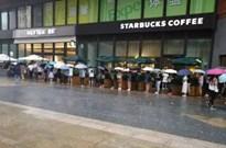 为了一口网红奶茶,北京雷雨天里他们排了4个小时