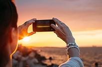 手机式出游时代来临:逛景区不忘看视频玩游戏