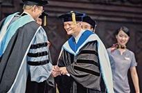 马云获世界首个科技创业名誉博士学位 鼓励年轻人持续学习