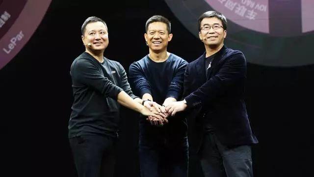 图:易到用车创始人兼CEO周航(左一)与贾跃亭(中)