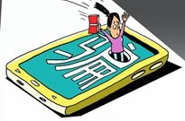 女子5千元网购手机被骗6万8 连骗子都急了:别再转了