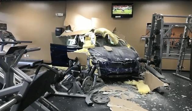 特斯拉Model X电动汽车在美国佛罗里达州发生车祸