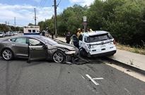特斯拉出事有点频繁 这次撞上了停着的警车 司机受轻伤