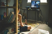 沉迷游戏的年轻人:或肝或氪,痛并快乐