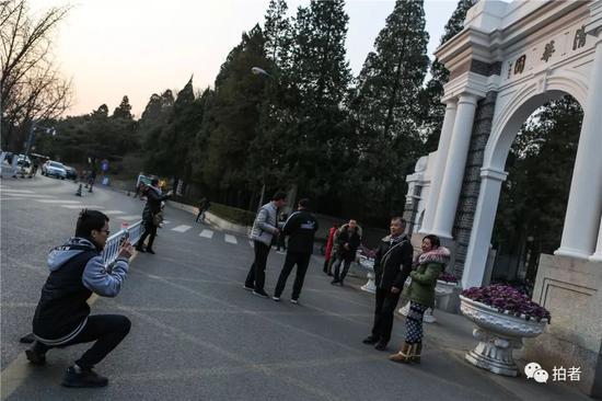 △2018年12月14日,北京清华大学校园内,正在校园散步的曾楷徽(左下)被游客拉着帮忙拍照。