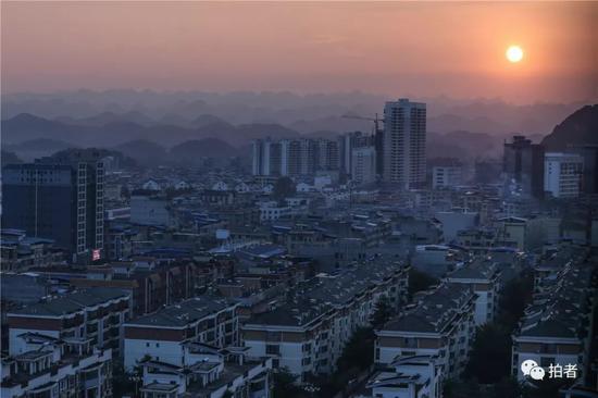 △2018年12月16日,广西百色平果县,夕阳西下,小镇远处的群山清晰可见。广西理科状元曾楷徽正是从这个小镇考进北京。