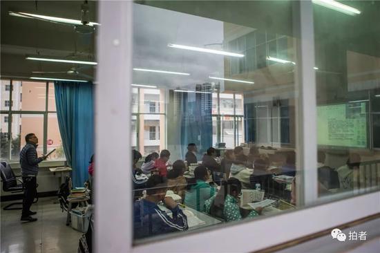 △2018年12月19日,禄劝一中,在直播班上课时,老师会站在教室后面学习成都七中老师们的授课技巧。