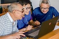 从大喇叭广播到微信群通知 80岁老人的上网记