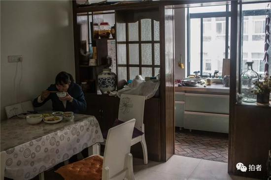 △2018年12月19日,禄劝一中,沈思妤的妈妈在家中备好了午饭。