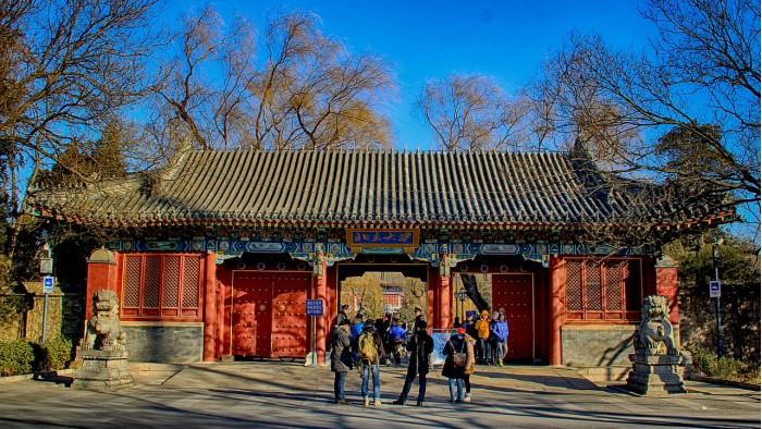 1280px-West_Gate_of_Peking_University.jpg