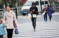 行人过马路看手机 温州开出10元罚单