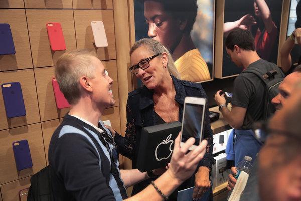 苹果零售业高级副总裁安吉拉・阿伦茨,在芝加哥苹果商店的开幕仪式上