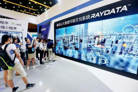 汤道生负责的云与智慧产业事业群(CSIG),整合了腾讯云、智慧零售、腾讯地图、教育、医疗等多个业务板块和行业解决方案,被看作腾讯产业互联网方向发展的主战线。 图/视觉中国