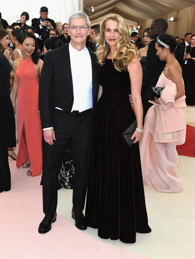 库克与乔布斯遗孀劳伦・鲍威尔・乔布斯(Laurene Powell Jobs),在2016年的Met Gala上