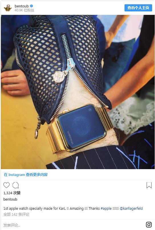 """设计师、""""老佛爷""""卡尔・拉格斐(Karl Lagerfeld)的贴身保镖Sebastien Jondeau在Instagram晒出为""""老佛爷""""专门定制的Apple Watch。"""