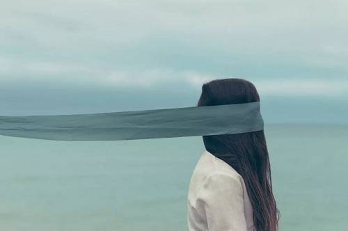 1.了解别人,首先要了解自己,了解自己更难。自己其实就是一面镜子,折射出来的是自己的价值观,但是我们往往光拿着手电筒照别人了,没有办法真实地了解自己。