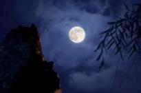 拍月亮事件引发广泛关注 爱否彭林登上微博热搜