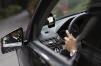 网约车司机行车途中玩手机、剪指甲,滴滴:已暂停其服务账号