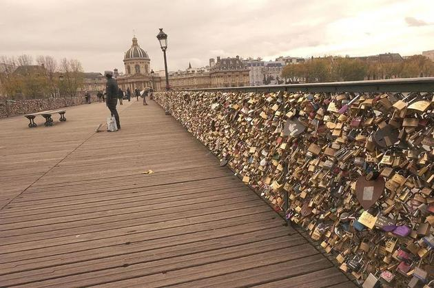 塞纳河上的艺术桥因为挂的锁太多太重,压垮了栏杆,政府决定拆锁避免安全隐患(也不知道是否会影响当初海誓山盟的情侣们)  Wikimedia Commons