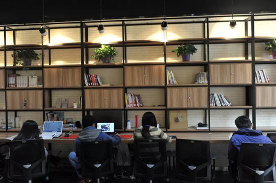联合办公空间,到底是让梦想触手可及,还是让生人触手可及?/图虫创意