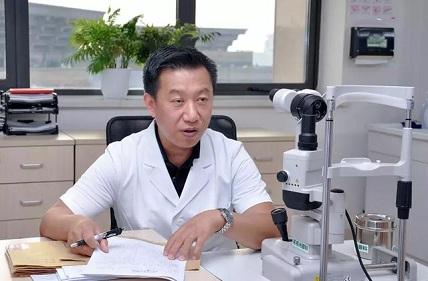 周跃华坐诊图看医界.jpg