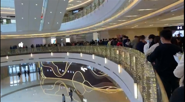 图为10月24日下午河南郑州Apple Store直营店排队景象