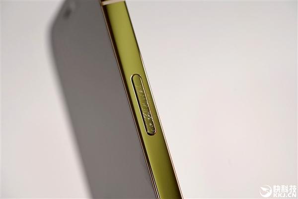 图为iPhone 12 Pro金色版边框沾染的指纹