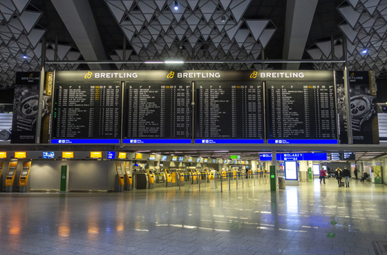 冷清的德国法兰克福美茵河畔国际机场航站楼内部_副本.jpg