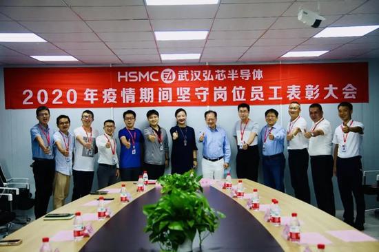 蒋尚义(右六)在武汉弘芯任职期间留下的合影图源/武汉弘芯官网