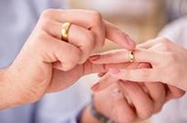 """中国结婚登记人数7年连降:年轻人不爱结婚靠""""虚拟恋人""""情感解压"""