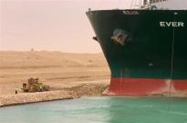 航拍苏伊士运河堵船震撼画面:369艘船在海上排长龙