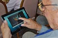 """智能手机普及老年人沉迷网络 """"网瘾老人""""为何越来越多"""